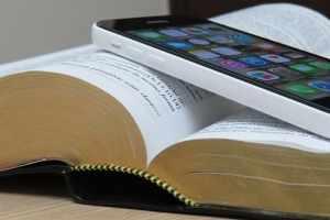 É errado ler a Bíblia no celular ou em outros aparelhos eletrônicos?