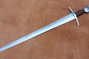 Por que Jesus mandou quem não tinha espada comprar uma?