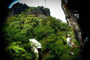 Ewuin Hernandez equipando en Roca - Foto Gabriela Folgar