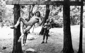 Wolfgang Gullich moneandose en Camp 4. Foto: Supertopo