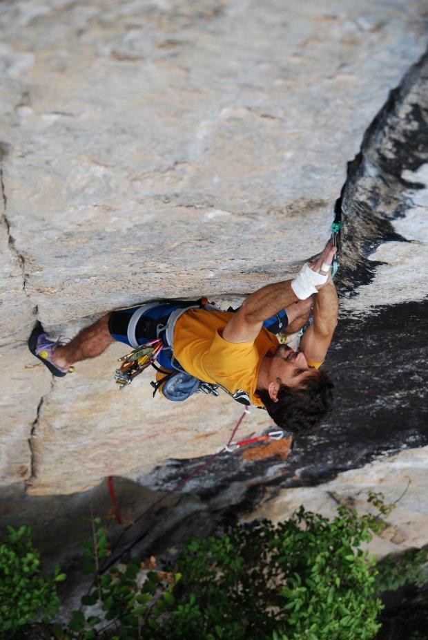 Fábio Muniz en una escalada clásica