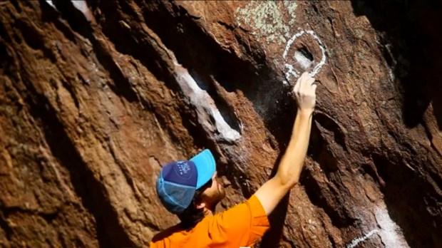 Video de Matt Wilder poniendo tick marks o clecas de magnesio en la roca