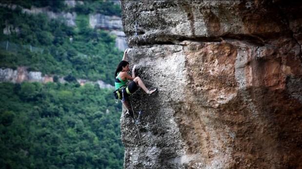 Video de escalada deportiva; Marieta Cartró en La joia de l'Alamut 8b - Montserrat