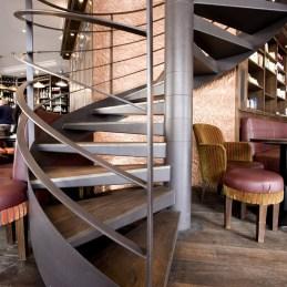 Escalier dans un bar