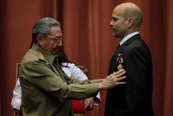 El Presidente cubano Raúl Castro le impone el título de Héroe de la República de Cuba el 24 de febrero del 2015. (Foto: Ladyrene Pérez/Cubadebate)