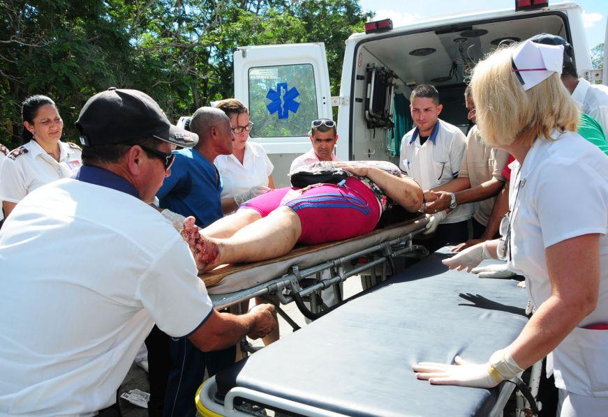 Los lesionados son atendidos en el Hospital Provincial Camilo Cienfuegos. (Foto: Vicente Brito/ Escambray)