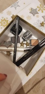 Make-up : 1 Base soin cils, 1 Mascara, 1 crayon waterproof, 2 fards, 1 taille crayon, 1 Base paupières- 77.60€