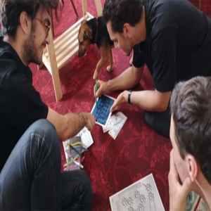jugadores descifrando enigma