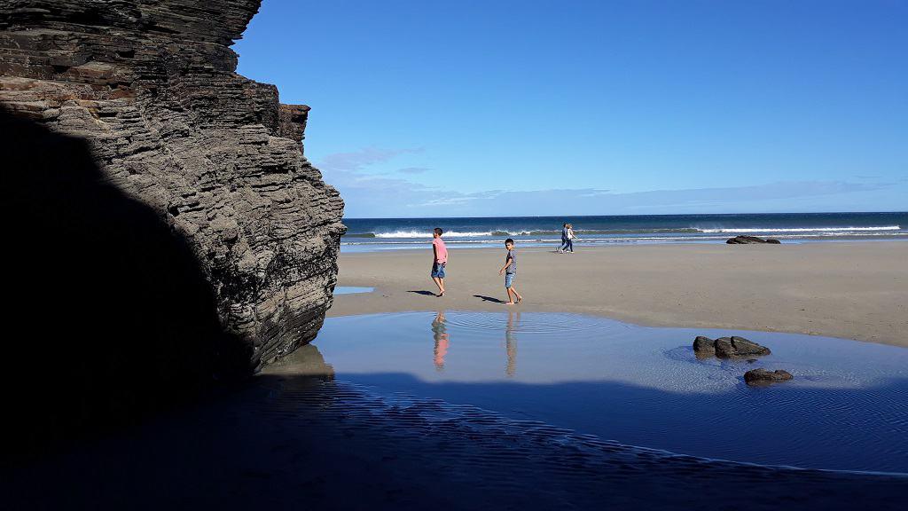 La playa de As Catedrais (Lugo), con niños