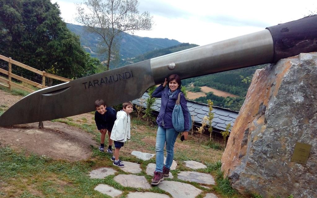El museo de la cuchillería en Taramundi (Asturias), con niños