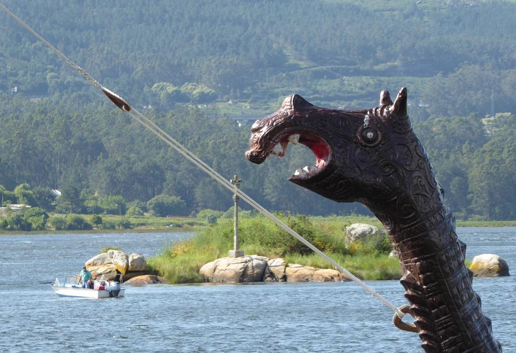 Haciendo el vikingo en Catoira, con niños