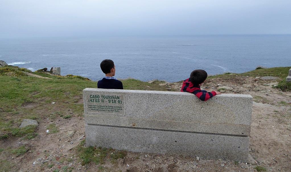 Cabo Touriñán, con niños, y su faro