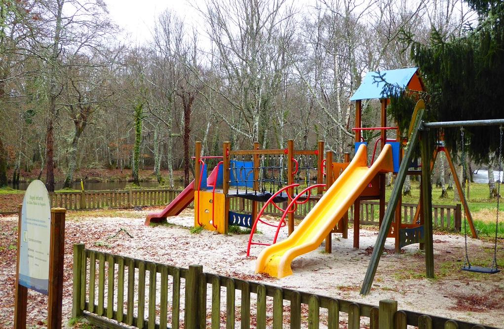 Parque infantil zona fluvial de Begonte