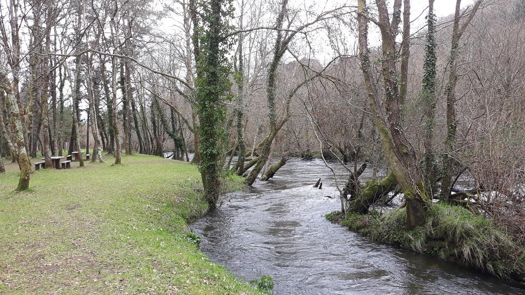 Río Tambre con niños en Frades