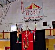 Número encantador da Trupe Circus no Trapézio Triplo.
