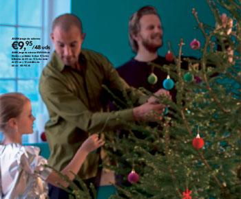 Unos malvadosgayscomeniños decoran el árbol de Navidad