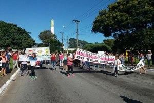 Manifestantes fecham a Av. Washington Luís, na zona Sul (clique para ampliar)