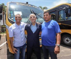 Governador de SP entrega 102 novos ônibus escolares a municípios paulistas