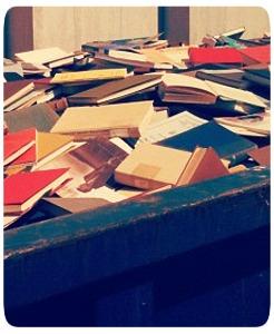 Livros de biblioteca jogados na lixeira