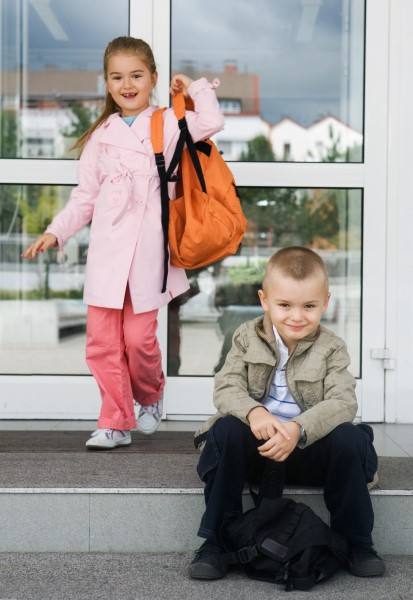 niños entrando colegio