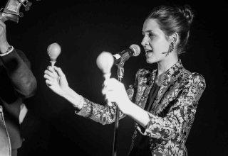 Martina Bárta singing as part of German jazz group, 4tothebar.