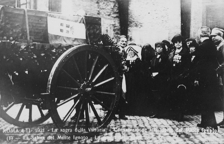 Roma, la salma trasportata sulla carretta da battaglione e seguita dalle madri dei caduti