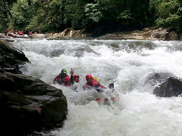 white-water-rafting-sungai-kampar-gopeng-perak-caving-top-of-the-world-outdoor-adventures-eshamzhalim