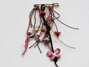 Χειροποίητη Καρφίτσα κρεμαστή με κεραμική πεταλούδα, κορδόνια και χάντρες. Περίπου 7-8εκ.