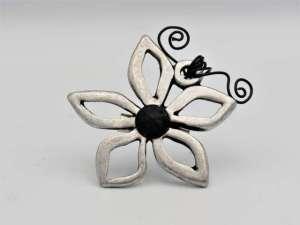 Χειροποίητη Ασημί καρφίτσα λουλούδι με μαύρη πέτρα. Περίπου 6εκ.