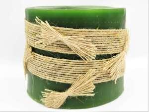 Χειροποίητο αρωματικό κερί κύλινδρος φωτιζόμενο πράσινο με μπεζ λινάτσα κορδέλα . Διαστάσεις 0,10εκ Χ 0,13εκ.