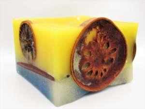 Χειροποίητο αρωματικό κερί κύβος πορτοκάλι-κανέλες. Διαστάσεις 0,8εκ Χ 0,12εκ.