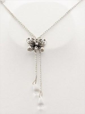 Χειροποίητο Κολιέ μακρύ με ασημί αλυσίδα και πεταλούδα με δύο κρυστάλλους δάκρυ.