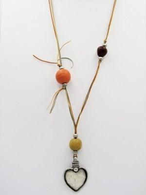 Χειροποίητο Κολιέ μακρύ με ασημί καρδιά πορτοκαλί καφέ και κίτρινη κόκκινη χάντρα και κερωμένα κορδόνια.