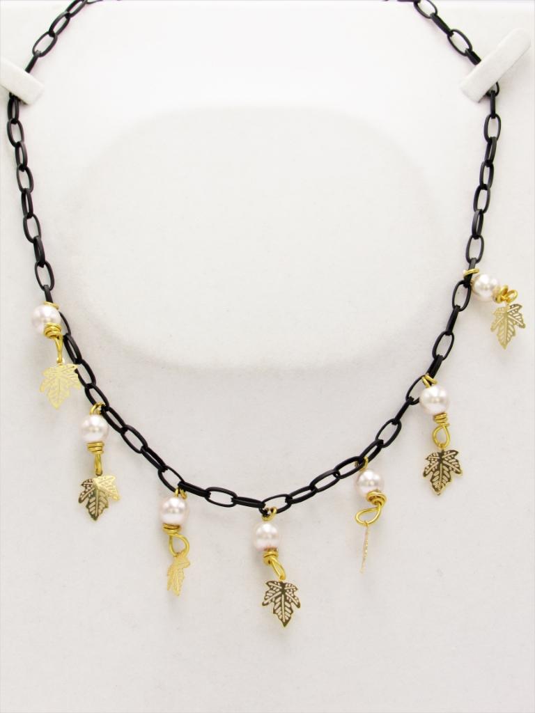 Κολιέ κοντό αλυσίδα μαύρη φυλλα με χρυσά στοιχεία κρεμαστά και ροζ πέρλες