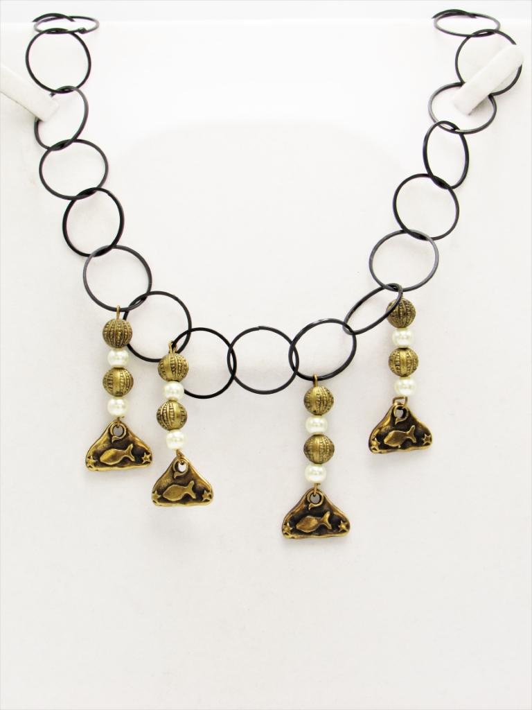 Κολιέ κοντό αλυσίδα μαύρη με χρυσά στοιχεία κρεμαστά και λευκές πέρλες