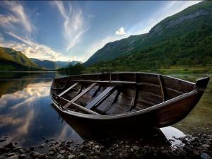 Rêver d'une barque sur une rivière