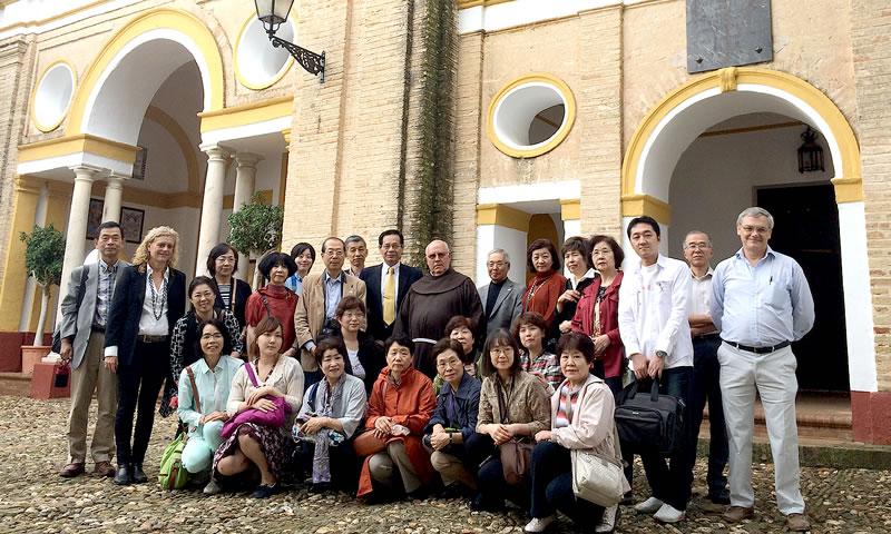 Foto del grupo junto con el sacerdote delante del Convento de Ntra. Sra. de Loreto.