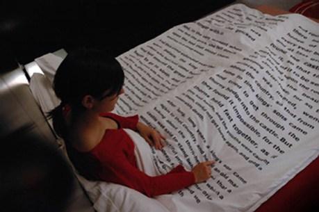 kitap-sayfasi-desenli-yatak-ortusu