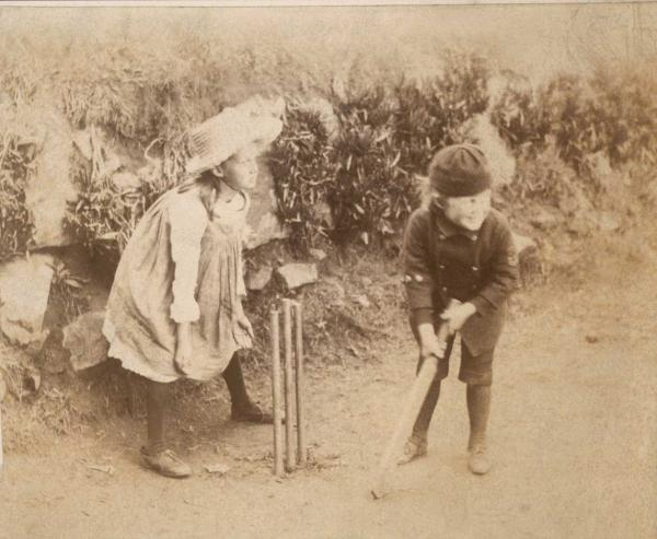 Virginia-Woolf-and-younger-brother-Adrian-play-cricket-in-this-picture-as-their-parents-watch-from-the-porch-at-Talland-House.