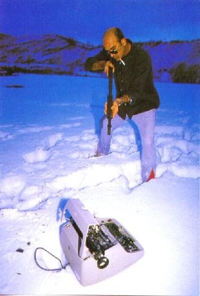 Hunter-S-Thompson-putting-his-typewriter-on-ice
