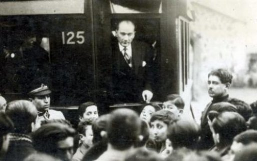Mustafa-Kemal-Ataturk-Usak-ziyareti-sirasında-kendisini-karsilamaya-gelen-genclerle-sohbet-ediyor