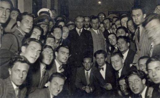 Mustafa-Kemal-Ataturk-un-İstanbul-universitesini-ziyaretinde-ogrencilerle-cekilmis-fotografi