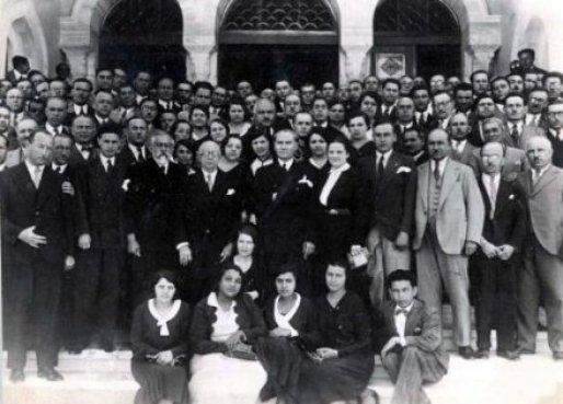 Mustafa-Kemal-Ataturk-un-harf-ve-tarih-calismalari-icin-İstanbul-universitesini-ziyaretinde-ogrencilerle-cekilmis-fotografi