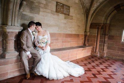 bride and groom under archways vintage glamour wedding