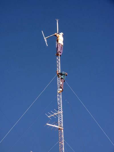 Antennen für den TV und FM-Sender werden in 30 Meter Höhe montiert
