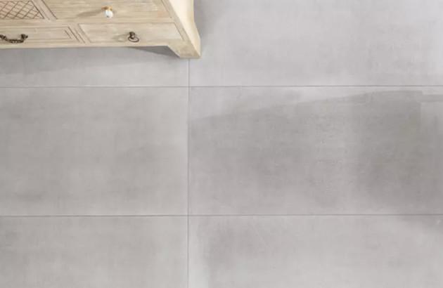carrelage gris dans la salle de bain