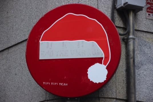 streetart stopbord kerstmuts