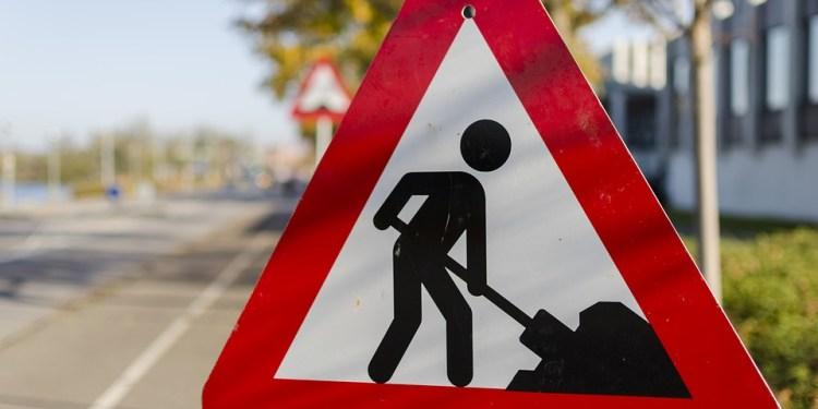 """Un cartello """"cantiere per lavori stradali"""""""