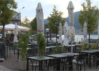 Dei tavolini di ristoranti all'esterno