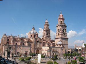 Plaza Ocampo (antes de la remodelación actual) y Catedral de Morelia